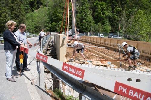 Vreni Schmidlin-Brun, Gemeindepräsidentin von Entlebuch und Michael Hofstetter, Gemeindeammann von Hasle, begutachten die neue Konstruktion. (Bild: Nadia Schärli, 3. Juni 2019)
