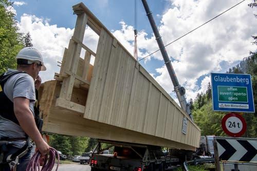 Ein Sattelschlepper bringt die 25 Meter lange Konstruktion zur Stillaubbrücke. (Bild: Nadia Schärli, 3. Juni 2019)