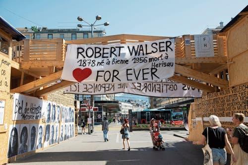 Wer zum Bieler Bahnhof will, passiert Thomas Hirschhorns Liebeserklärung an Schriftsteller Robert Walser.