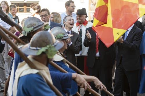 Bundesrat Ignazio Cassis, Mitte, hat sichtlich Freude an der Gendenkfeier. (Bild: Urs Flüeler, Sempach, 30. Juni 2019)