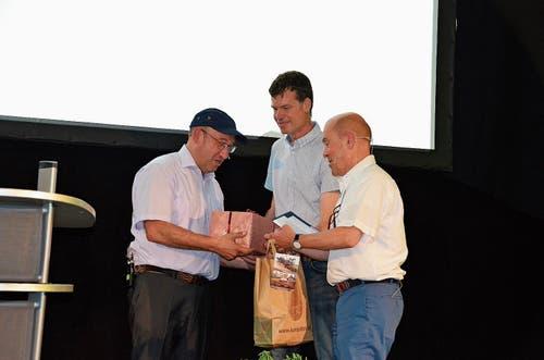 Geschenke zum Jubiläum: (von links) Gemeindepräsident Beat Tinner, Alexander Zogg, Geschäftsleitung, und Michael Hüppi, VR-Präsident.