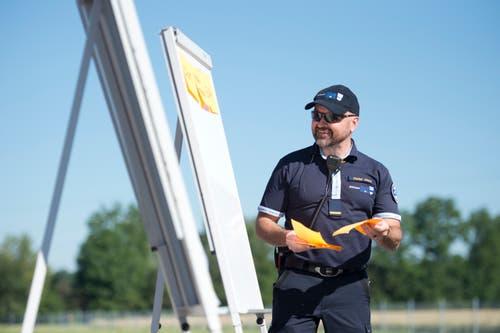 Die FFZ probt den Ernstfall am Esaf. FFZ-Kommandant Daniel Jauch instruiert seine Leute. (Bild: Maria Schmid, Zug, 29. Juni 2019 )
