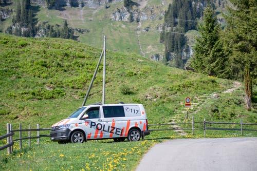 Ein Fahrzeug der Kantonspolizei Obwalden bei der Unfallstelle. (Bild: Keystone/Urs Flüeler, 5. Juni 2019)