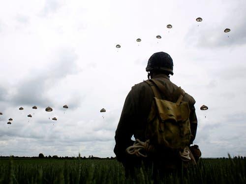 Französische und britische Fallschirmspringer beteiligten sich am Mittwoch an den Feierlichkeiten zum 75. Jahrestag der Landung der Alliierten in der Normandie. (Bild: KEYSTONE/AP/THIBAULT CAMUS)
