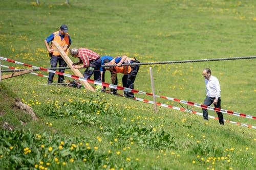 Augenschein vor Ort: Der CEO der Titlisbahnen, Norbert Patt, bei der Besichtigung der Unfallstelle. (Bild: Urs Flüeler/Keystone, Engelberg, 5. Juni 2019)