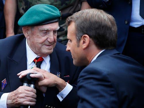 Frankreichs Präsident Emmanuel Macron (r.) würdigt Philippe Kieffer, er war im zweiten Weltkrieg Kommandant der freifranzösischen Spezialeinheit. (Bild: KEYSTONE/AP/FRANCOIS MORI)