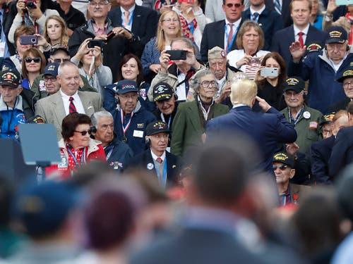 Habachtstellung vor hochbetagten Veteranen: US-Präsident Donald Trump vor der Zeremonie auf dem Soldatenfriedhof in Colleville-sur-Mer. (Bild: KEYSTONE/AP/THIBAULT CAMUS)