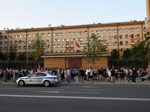 Berufskollegen und Freunde Golunows protestieren vor dem Innenministerium in Moskau gegen die Festnahme des Journalisten. (Bild: KEYSTONE/AP/DMITRY SEREBRYAKOV)