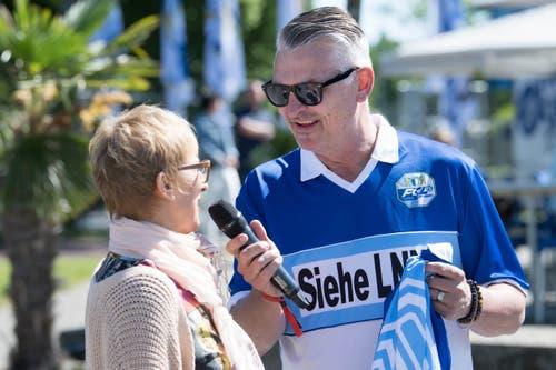 Moderator Stefan «Büsche» Bucher beim Interview mit einer FCL-Anhängerin.(Bild: Eveline Beerkircher-Bachmann (Sempach, 8. Juni 2019))