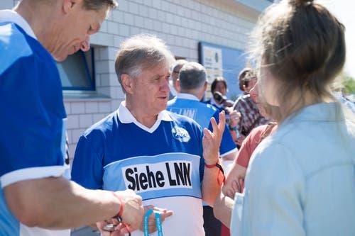 Hanspeter Kaufmann (Mitte) und Urs «Longo» Schönenberger (links) im Gespräch mit Anhängerinnen. (Bild: Eveline Beerkircher-Bachmann (Sempach, 8. Juni 2019))