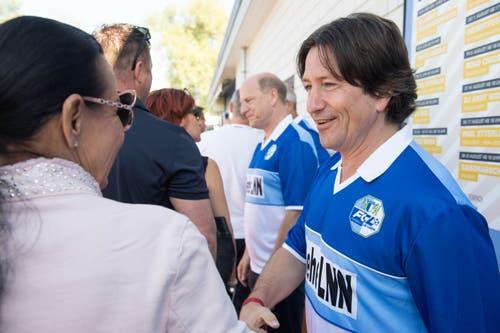 Die FCL-Meisterspieler Herbert Baumann (rechts) mit Heinz Moser (hinten) bei der Begrüssung der ersten Gäste der Jubiläumsfeier am Samstagmorgen. (Bild: Eveline Beerkircher-Bachmann (Sempach, 8. Juni 2019))