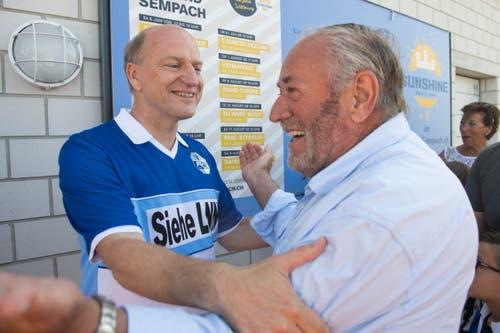 Der FCL-Meisterspieler aus dem Urnerland: Heinz Moser (links) begrüsst einen Bekannten. (Bild: Eveline Beerkircher-Bachmann (Sempach, 8. Juni 2019))
