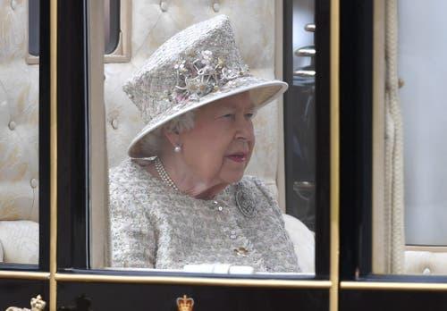 Die britische Königin Elizabeth II. hat am Samstag in London ihren 93. Geburtstag mit der Militärparade «Trooping the Colour» gefeiert. (Bild: EPA/NEIL HALL)