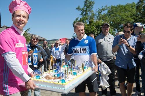 Raphael Bachmann (links) brachte Gastgeber Hansi Burri die FCL-Jubiläumstorte ins «Seeland» nach Sempach. (Bild: Eveline Beerkircher-Bachmann (Sempach, 8. Juni 2019))