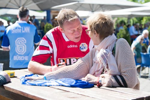 Die Autogramme der genialen deutschen FCL-Nummer 10, Jürgen Mohr, sind immer noch begehrt. (Bild: Eveline Beerkircher-Bachmann (Sempach, 8. Juni 2019))