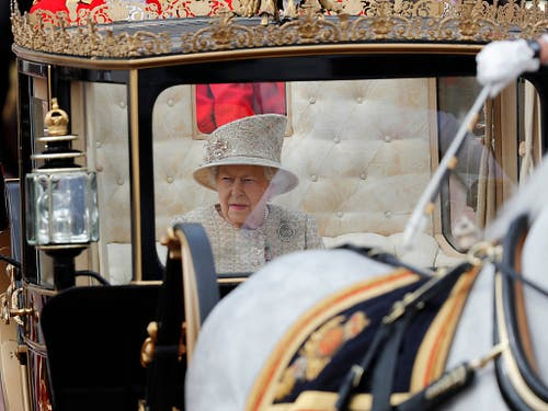Die britische Queen Elizabeth II. allein in der Kutsche. (Bild: KEYSTONE/AP/FRANK AUGSTEIN)