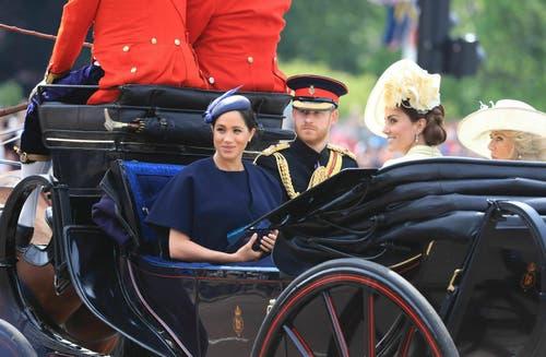 Auch Herzogin Meghan - hier mit Prinz Harry- nahm an der Geburtstagsparade der Queen teil. Es war ihr erster offizieller Termin seit der Geburt ihres Kindes - des kleinen Archie - vor etwa einem Monat. (Bild: KEYSTONE/Gareth Fuller)