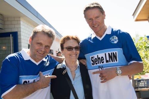 Hansi Burri (links) und Urs Schönenberger mit der ehemaligen Reiseleiterin des FCL, Annika Evangelatos. (Bild: Eveline Beerkircher-Bachmann (Sempach, 8. Juni 2019))