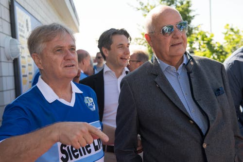 Langjähriger FCL-Stammspieler und ebenfalls Meisterspieler Hanspeter Kaufmann (links) mit Ehrenpräsident Walter Stierli, der den Bau des neuen Stadions, der Swisspor-Arena, möglich machte. (Bild: Eveline Beerkircher-Bachmann (Sempach, 8. Juni 2019))