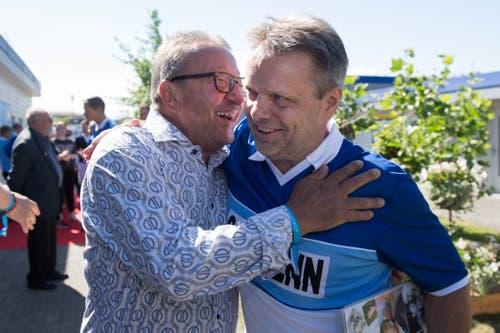 Der frühere FCL-Nachwuchstrainer Charly Meschenmoser (links) herzt Hansi Burri.(Bild: Eveline Beerkircher-Bachmann (Sempach, 8. Juni 2019))