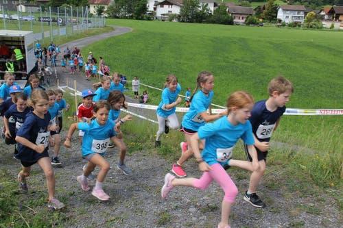 Hier starteten Mädchen und Knaben zum anspruchsvollen 1200 Meter Lauf. (Bild: Paul Gwerder, Attinghausen, 8. Juni 2019)