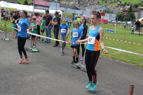 Das «Seiligumpä» gewann Nina Zgraggen (rechts), LC Altdorf, mit 170 Umdrehungen in der Minute. (Bild: Paul Gwerder, Attinghausen, 8. Juni 2019)