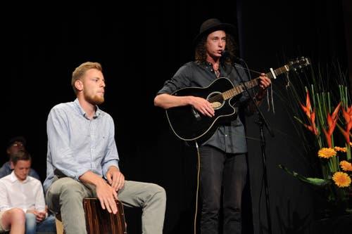 Daniel Beltrametti (rechts) und Nico Hunziger sorgten für die musikalische Umrahmung. (Bild: Urs Hanhart, Altdorf, 1. Juli 2019)