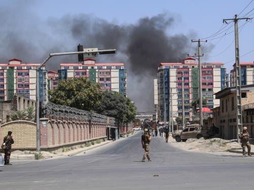 Nach der Explosion einer Autobombe in Kabul, steht Rauch über der afghanischen Hauptstadt. (Bild: KEYSTONE/EPA/HEDAYATULLAH AMID)
