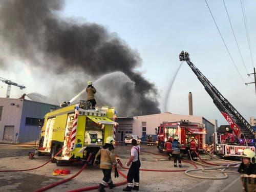 In Pratteln BL ist am Sonntagabend ein Produktionsbetrieb in Brand geraten. Im Einsatz standen rund 180 Personen von Feuerwehren, Polizei, Sanität und Krisenstab. (Bild: Polizei Basel-Landschaft)