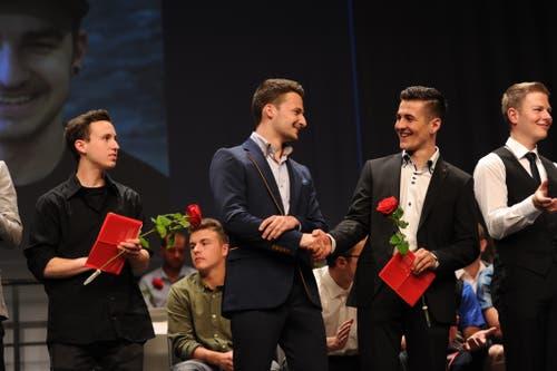 Erste Gratulationen gibt es bei den Automobil-Fachmännern bereits auf der Bühne. (Bild: Urs Hanhart, Altdorf, 1. Juli 2019)