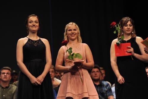 Glückliche Gesichter bei den Coiffeusen; von links: Linda Kempf, Andrea Arnold und Berfin Demir. (Bild: Urs Hanhart, Altdorf, 1. Juli 2019)
