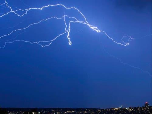 Die Schweiz hat eine Tropennacht mit Blitz und Donner hinter sich. (Bild: KEYSTONE/ALESSANDRO DELLA BELLA)