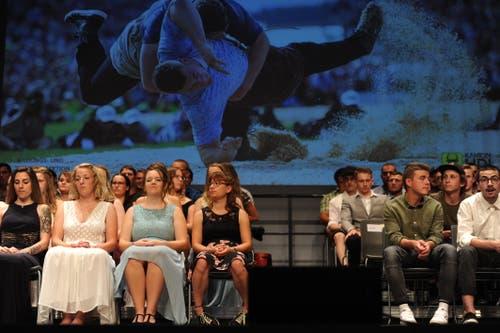 Gespannt warten die Absolventen auf ihre Zeugnisse. (Bild: Urs Hanhart, Altdorf, 1. Juli 2019)