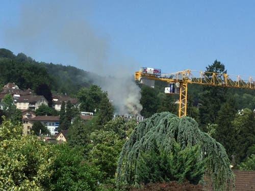 Seit ca. 30 Minuten fahren Feuerwehrautos laufend zur Brandstelle. Es brennt immer stärker, berichtet die Leserin Rosa Appelt. (Leserbild: Rosa Appelt)