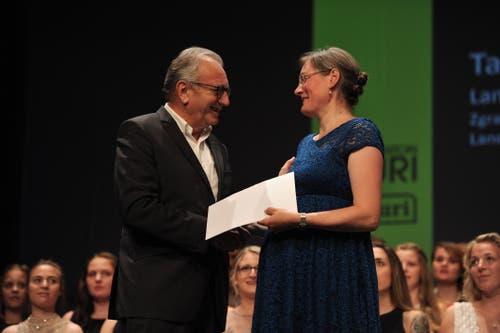 René Röthlisberger, Präsident Wirtschaft Uri, konnte der Landwirtin Tanja Marty den Lehrlingspreis übergeben. (Bild: Urs Hanhart, Altdorf, 1. Juli 2019)