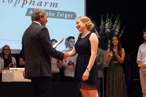 Bildungsdirektor Res Schmid überreicht Lea Fischer das Fähigkeitszeugnis zur Pharma-Assistentin mit der hervorragenden Note 5,8. (Bild: Edi Ettlin, Stans, 6. Juli 2019)