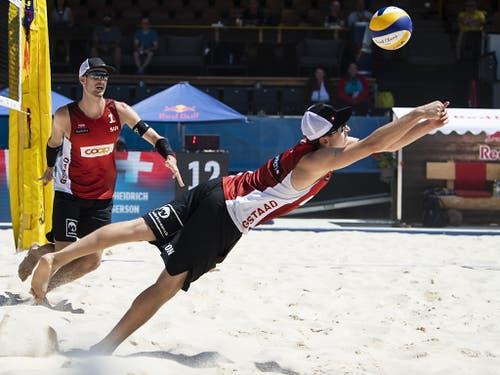 Marco Krattiger (links) schaut zu, wie sich sein Partner Mirco Gerson einen Ball erkämpft (Bild: KEYSTONE/PETER SCHNEIDER)