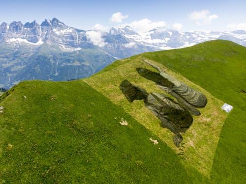 Das Werk symbolisiert nach Angaben der Initiatoren des Projekts die Freundschaft zwischen der Schweiz und Frankreich. Im Hintergrund die Dents de Midi. (Bild: Keystone/LAURENT GILLIERON)