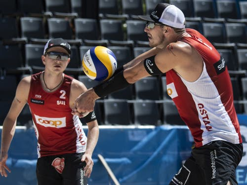 Erfolgreicher erster Tag für Mirco Gerson (links) und Adrian Heidrich am World-Tour-Event der Beachvolleyballer in Gstaad (Bild: KEYSTONE/PETER SCHNEIDER)