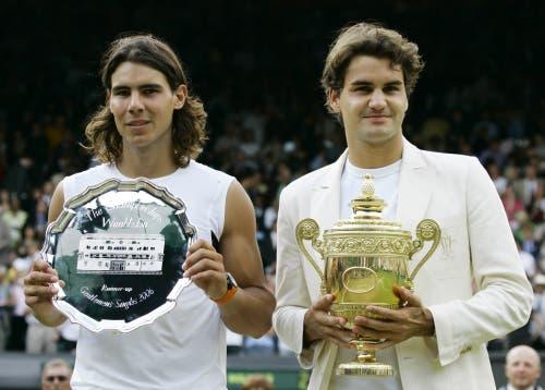 2006: Federer vs. Nadal 6:0, 7:6 (7:5), 6:7 (2:7), 6:3Federer steht im Zenit seines Schaffens. Er gewinnt zum dritten Mal in Folge mehr als zehn Turniere in einem Jahr und weist Ende Jahr eine 92:5-Siegbilanz auf. Auf dem Weg zum vierten Wimbledon-Titel gibt er nur im Final gegen Rafael Nadal einen Satz ab, gegen den er in diesem Jahr zuvor alle Duelle verloren hatte, unter anderem im Final der French Open. «Es war schrecklich eng», sagt Federer nach dem vierten Triumph in Folge. «Ich bin sehr glücklich. Das war das beste Grand-Slam-Turnier meiner Karriere.»