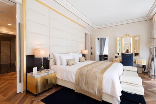 Der Master Bedroom in der King Suite. Das Innendesign des renovierten Quellenhofs stammt von Innendesigner Claudio Carbone aus Wolfhalden. (Bild: Ralph Ribi)