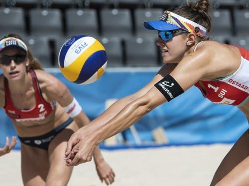 Die WM-Vierten Tanja Hüberli (rechts) und Nina Betschart gewannen in Gstaad ihre erste Partie (Bild: KEYSTONE/PETER SCHNEIDER)