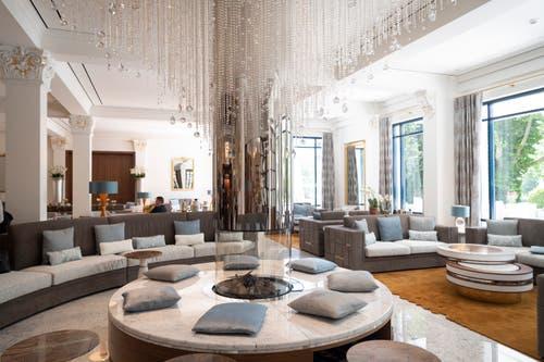 Die Lobby: Heller als zuvor und mit Swarovski-Steinen, die von der Decke hängen. (Bild: Ralph Ribi)