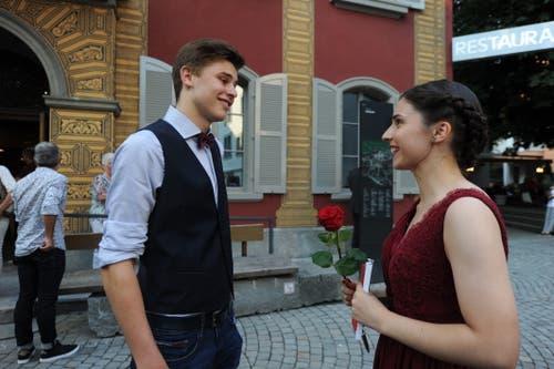 Lehrabschlussfeier in Altdorf. Nino Poletti und Catia Mendes im Gespräch. (Bild: Urs Hanhart, 4. Juli 2019)