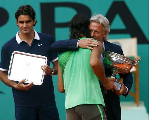 2008: Final French Open: Nadal s. Federer 6:1, 6:3, 6:0Zwar erreicht Federer zum dritten Mal in Folge den Final der French Open, unterliegt Nadal dort aber in 1:48 Stunden epochal mit 1:6, 3:6, 0:6.Mats Wilander kritisiert die Einstellung von Federer scharf: «Seine Körpersprache drückte aus, dass er den Match schon in den ersten Ballwechseln verlor, um nicht zu sagen in de Garderobe.» Nadals Onkel und Trainer Toni Nadal sagte zur «L'Equipe»: «Federers Auftritt war bizarr. Er hatte nicht die Einstellung eines Siegers. Das war nicht der wahre Roger.» Vier Wochen nach der Niederlage in Paris verliert Federer nach fünf Titeln in Folge auch im Final von Wimbledon gegen Nadal und muss die Führung in der Weltrangliste abgeben.