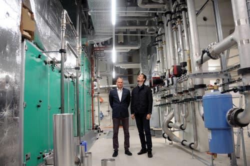 Hoteldirektor Thomas Dittrich und Eberli CEO und VR-Präsident Alain Grossenbacher (re) in den Technikräumen Heizungs- und Lüftungszentrale im UG. (Bild: Philipp Unterschütz, Engelberg, 9. Juli 2019)