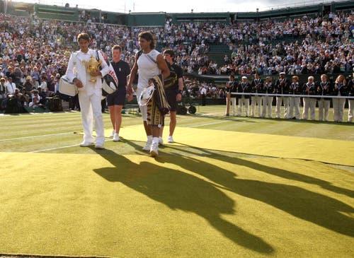 2007: Final Wimbledon Federer s. Nadal 7:6 (7:5), 4:6, 7:6, (7:3), 2:6 6:2Erneut geht Roger Federer mit der Hypothek eines kurz zuvor verlorenen French-Open-Finals ins Duell mit Erzrivale Nadal. Nach einem Fünfsatz-Sieg wird er zum zweiten Spieler neben Björn Borg, der in Wimbledon fünf Mal in Folge gewinnt. Ehrfürchtig sagt er nach dem Sieg: «Rafa wird immer besser. Ich nehme jeden Titel, den ich bekomme.» Im Publikum sitzen neben Borg John McEnroe, Jimmy Connors und Boris Becker. «Daran werde ich mich immer erinnern», sagt Federer.