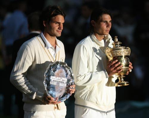 2008: Final Wimbledon Nadal s. Federer 6:4, 6:4, 6:7 (5:7), 6:7 (8:10), 9:7Der dritte Wimbledon-Final zwischen Federer und Nadal gilt als bestes Tennis-Spiel der Geschichte. Als Nadal um 21.17 Uhr den Matchball verwertet, bricht bereits die Dunkelheit über London herein. Das 4:48-Stunden-Epos wird zur Vorlage des Buches «Strikes of Genius» – Geniestreiche. Und erscheint zehn Jahre später auch als fast zweistündiger Dokumentarfilm. Federer, der im Frühling unter dem Pfeifferschen Drüsenfieber litt, sagt später, die Niederlage sei auch Folge des Final-Debakels in Paris im Monat zuvor gewesen, bei dem ihm Nadal nur vier Games überliess. Nach 41 Siegen in Folge verliert Federer erstmals seit 2002 wieder in Wimbledon.