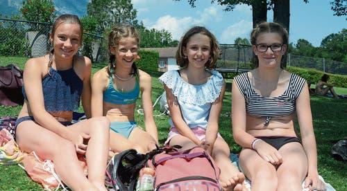 Emma, Seraina, Leonie und Julia (v. l.) geniessen den Nachmittag in der Badi. (Bilder: Bianca Helbling)