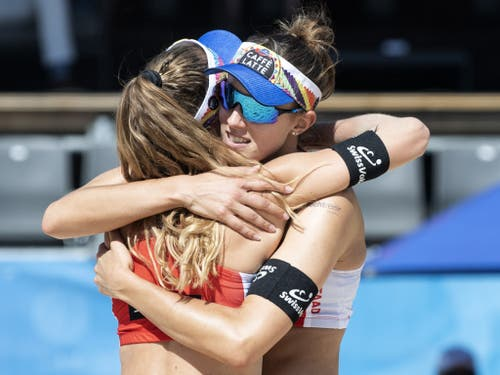 Den WM-Vierten Nina Betschart (links) und Tanja Hüberli läuft es bisher auch am Heimturnier in Gstaad nach Wunsch. Sie stehen als Gruppensiegerinnen direkt im Achtelfinal (Bild: KEYSTONE/PETER SCHNEIDER)